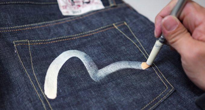 фирменный логотип на одежде