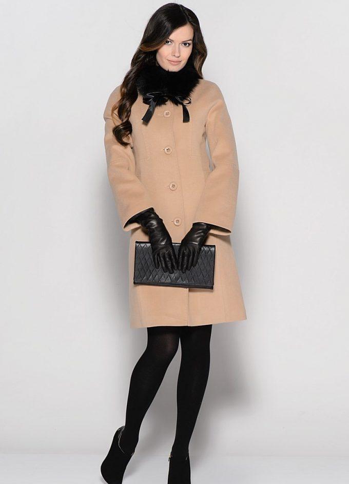 пальто из драпа хорошо держит силуэт женщины