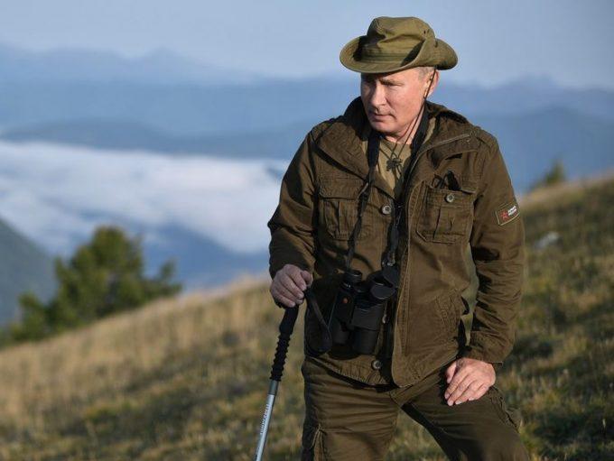 Владимир Путин с биноклем и в коричневой куртке