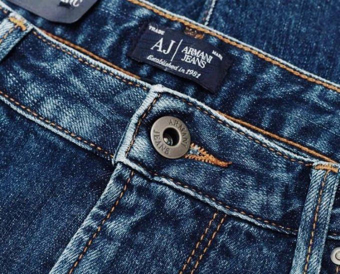 значки и нашивки на джинсах