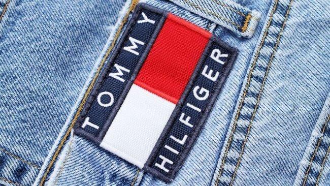 лого на брюках Tommy Hilfiger