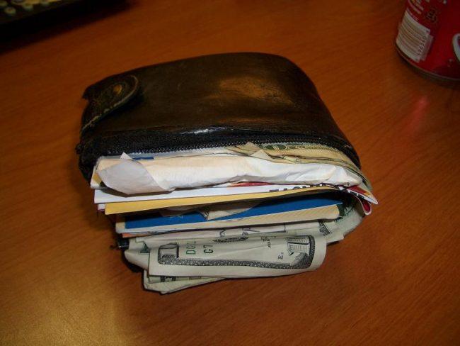 маленький кошелек, не удобный для использования купюр