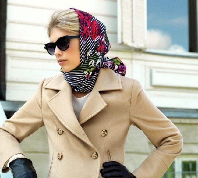 элегантный образ с ярким платком и бежевым пальто