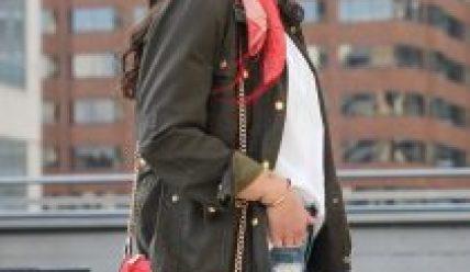 Как носят женскую сумочку кросс-боди в этом году